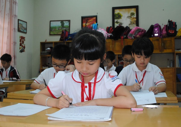 tư thế ngồi đúng cách không chỉ giúp trẻ luyện chữ dễ dàng, nét chữ đẹp hơn mà còn giúp cho cột sống của trẻ phát triển tốt và bảo vệ đôi mắt cho trẻ.