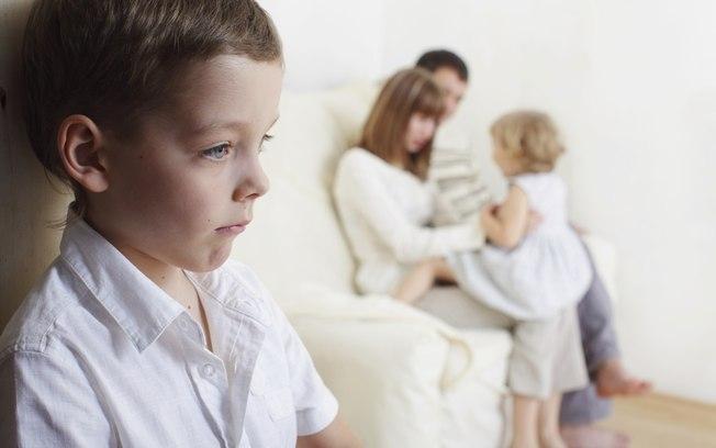 Trẻ con có tính hiếu thắng rất cao vì vậy mà việc đem con ra so sánh hoặc thường xuyên chê bai con trước mặt người lạ sẽ thường khiến bé nảy sinh tâm lý mặc cảm, từ đó rụt rè và ngại giao tiếp với mọi người.