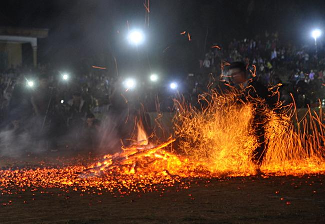 Lễ hội nhảy lửa của người Pà Thẻn