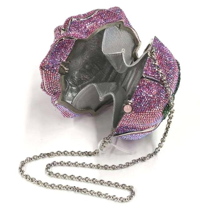 Chiếc túi còn có 1169 viên sapphire và 800 hạt Tuamalin.