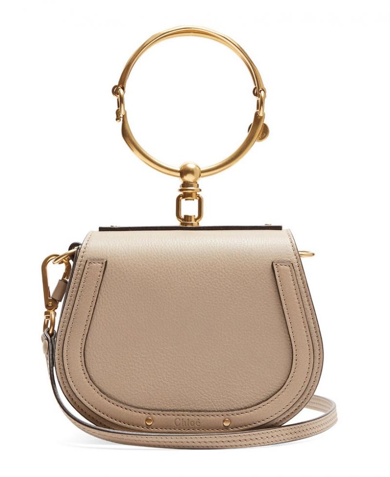 Túi có các chi tiết kim loại ấn tượng mang đến phong cách hiện đại và tinh tế