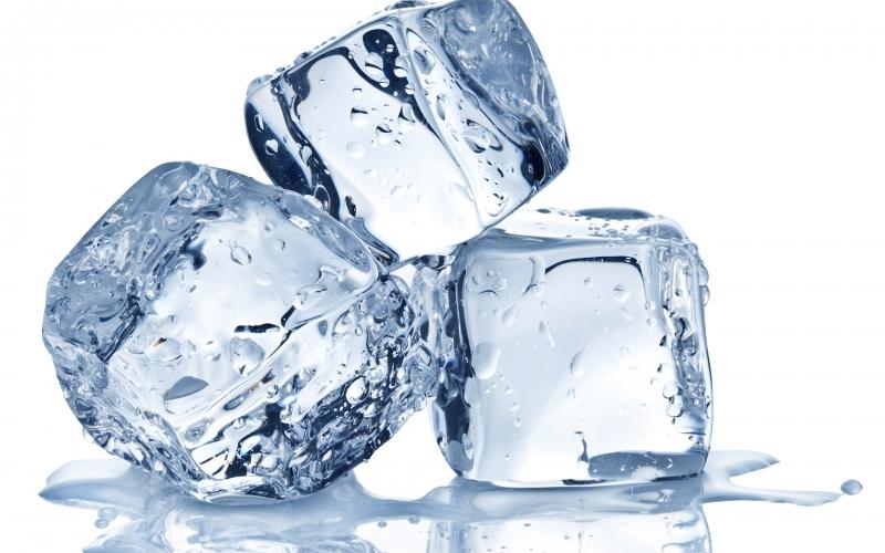 Chườm đá giúp giảm cơn đau đầu nhanh chóng.