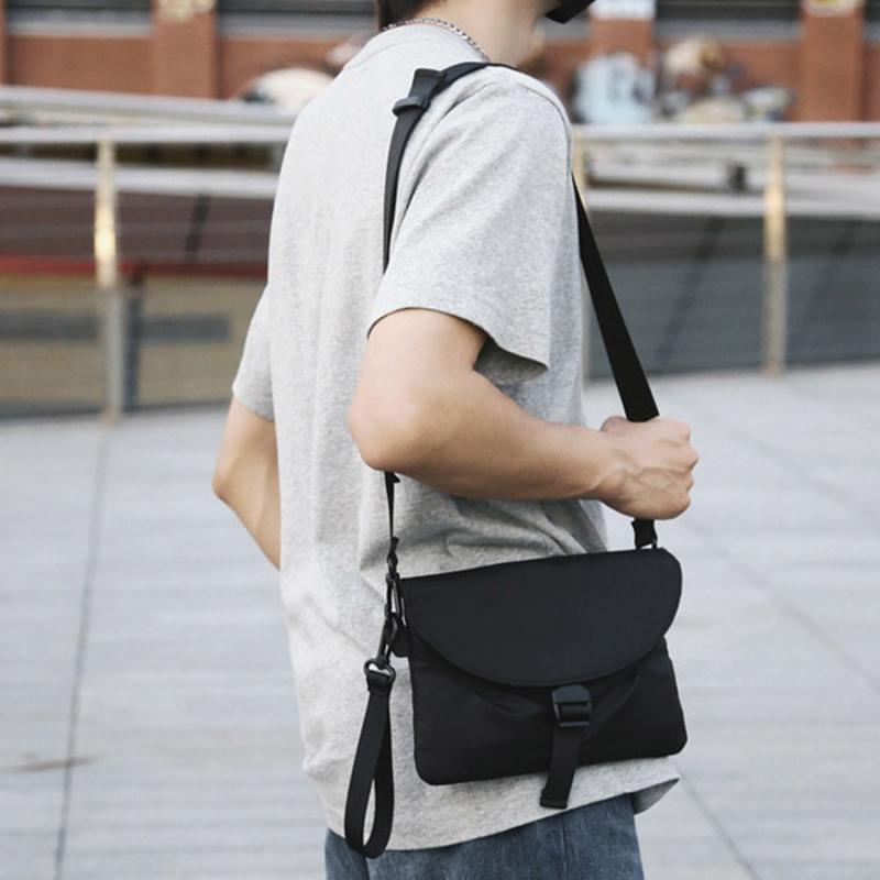 Những chiếc túi phong thư nhỏ gọn, thời trang.