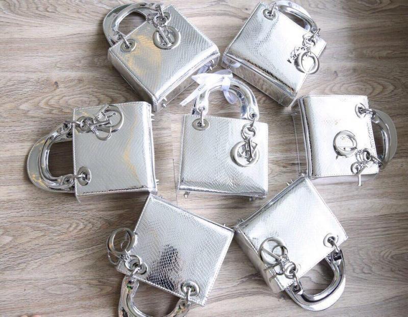 Túi Dior vân rắn size 20 tại Túi xách 234 Lê Duẩn có giá: 570.000 VNĐ