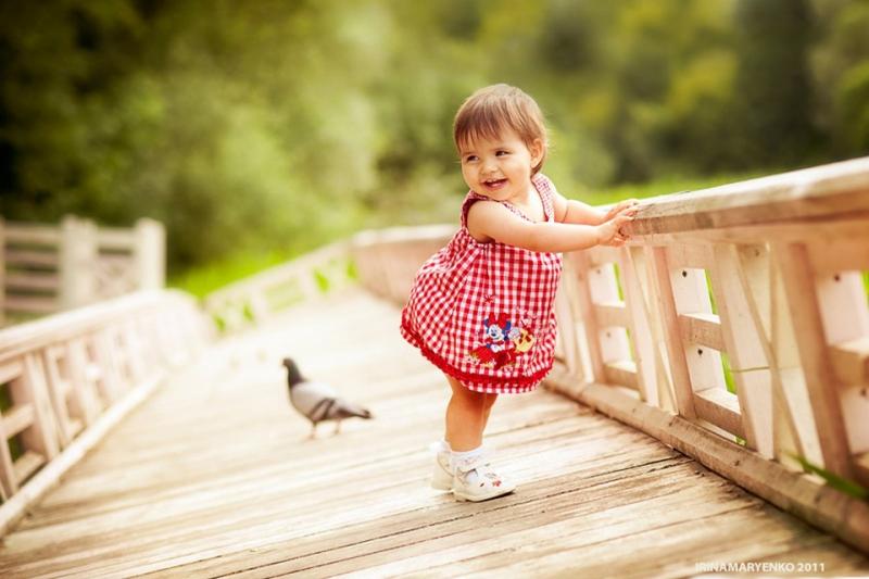Bé vừa tròn mười hai tháng tuổi, tuổi tập nói, tập đi. Trông bé rất đáng yêu.