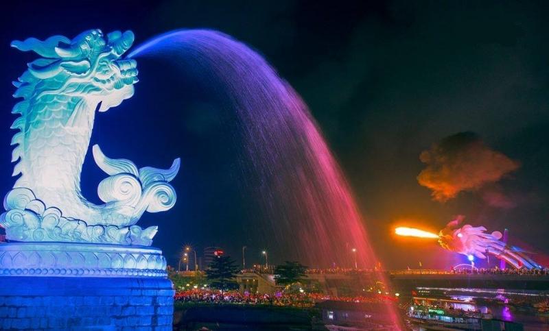 Khung cảnh vô cùng nên thơ và thú vị của Tượng cá chép hóa rồng tại Đà Nẵng