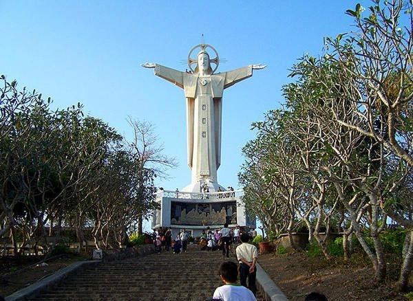 Tượng Chúa Kitô Vua là một bức tượng hình Chúa Giêsu được đặt trên đỉnh Núi Nhỏ