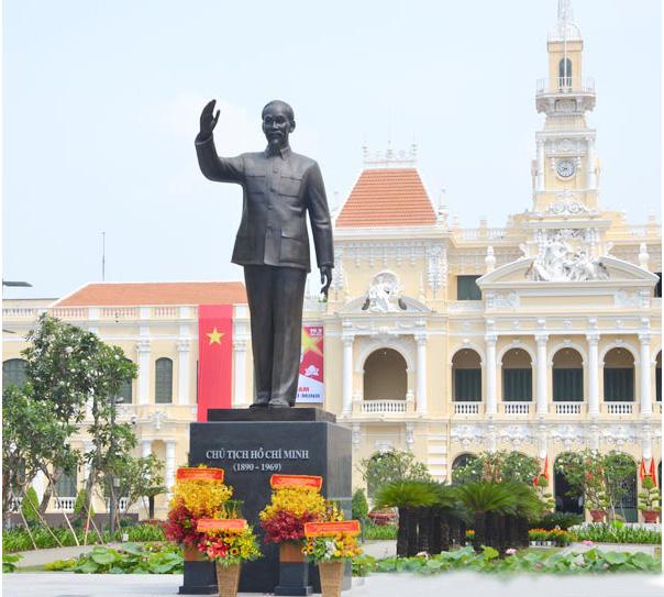 Tượng đài chủ tịch Hồ Chí Minh tại thành phố mang tên Bác