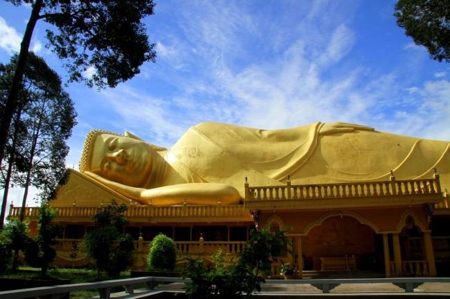 Tượng tượng Phật nhập niết bàn nằm trên mái dài nhất Việt Nam.