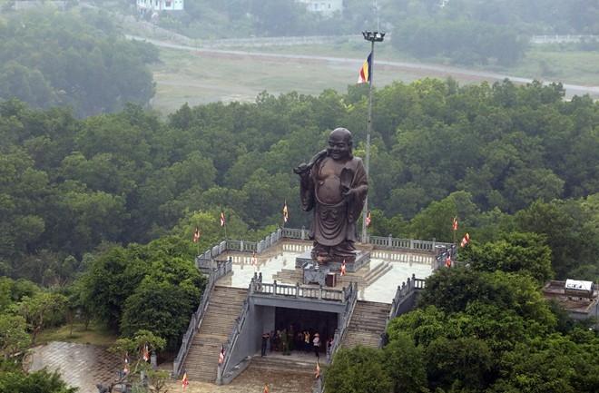 Tượng Phật Di Lặc trên đỉnh núi Bái Đính
