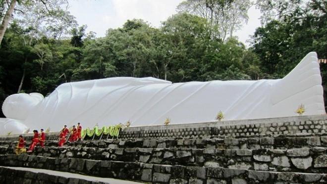 Tượng Phật Thích Ca nhập Niết bàn trên núi dài nhất Việt Nam.