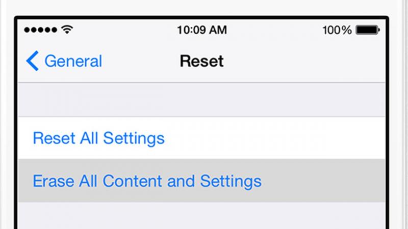 Reset dòng 2 sẽ đưa iPhone về trạng thái ban đầu và xóa toàn bộ dữ liệu