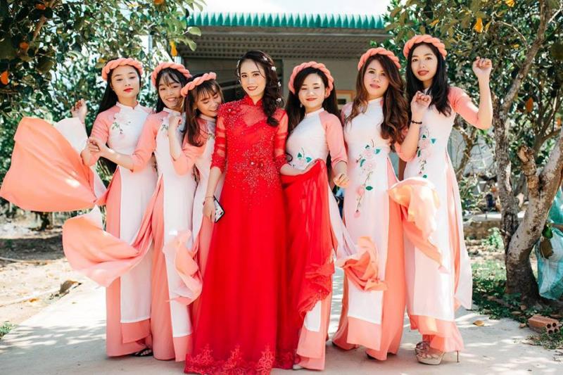 Có sẵn cả áo dài cho cô dâu và dàn phù dâu bắt kịp với kiểu dáng mới nhất
