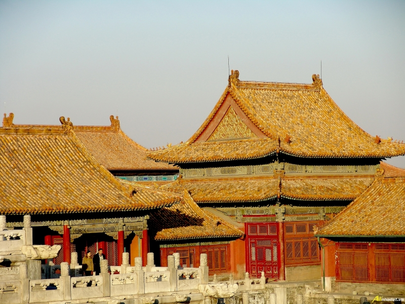 Hầu hết các mái nhà đều được lợp ngói lưu ly màu vàng.