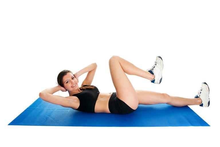 Khi bạn đã quen với bài tập gập bụng thông thường thì hãy chuyển sang bài tập giảm mỡ bụng hiệu quả hơn là Gập bụng chéo