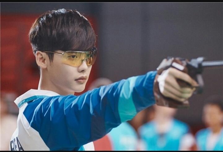 Tạo hình thành xạ thủ của Lee Jong Suk trong phim