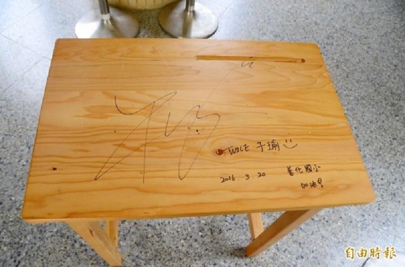 Chiếc bàn học quý giá của Tzuyu
