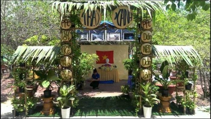 Cổng trại hè với chủ đề ''Trại xanh''