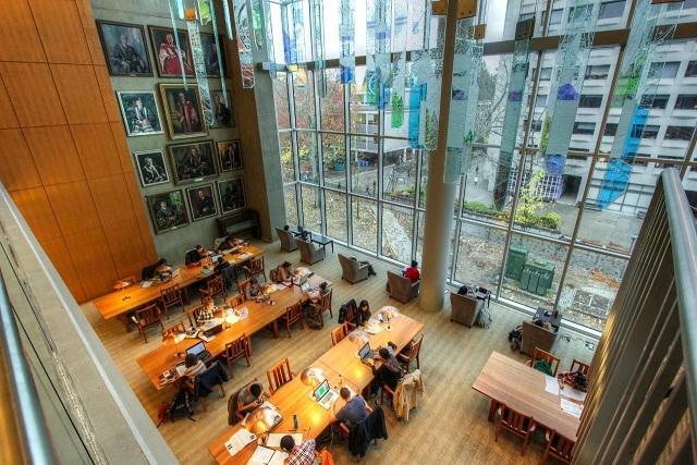 Không gian thư viện sang trọng