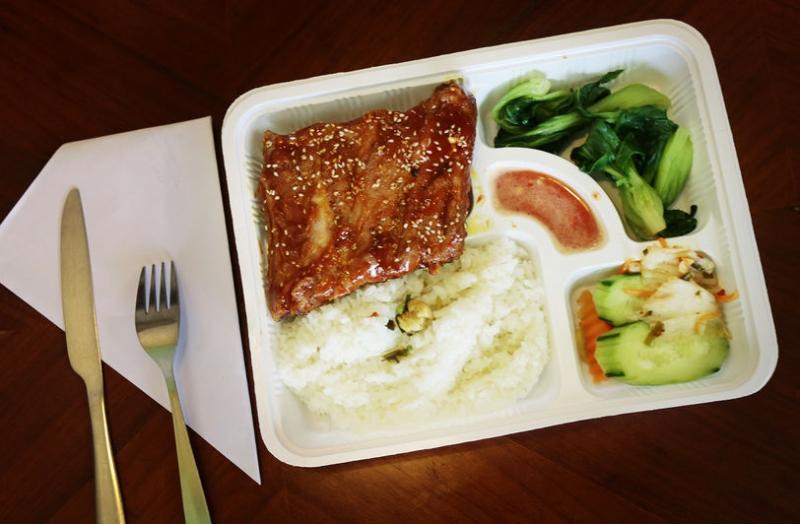 Một suất cơm văn phòng tại Unuquan.com có đầy đủ cơm, canh, rau xào và món mặn tự chọn