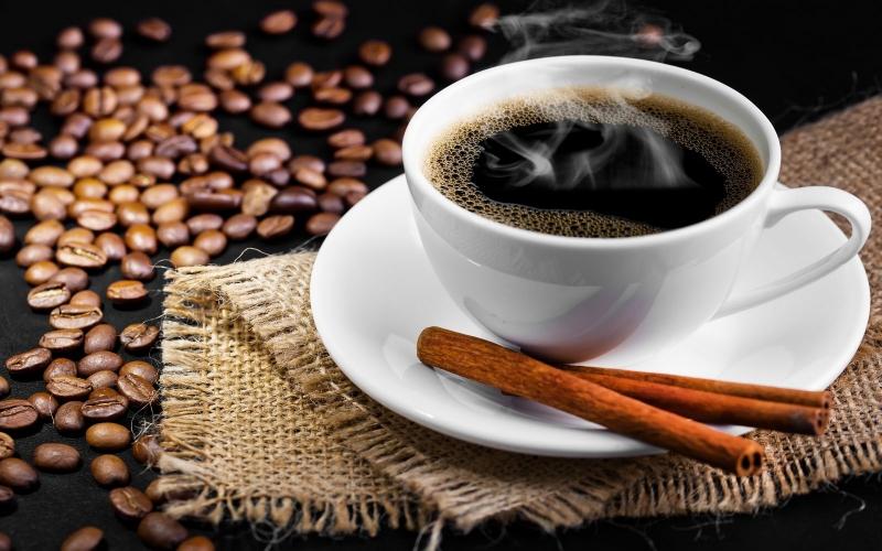 Tách cà phê nóng cùng điều thuốc là thói quen xấu