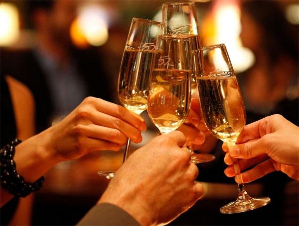 Người Nga sẽ cùng nhau uống những ly rượu mang hương vị của thời khắc giao thừa.