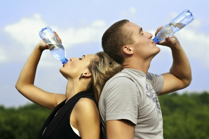 Một ngày nên uống ít nhất khoảng 8 ly nước và không nên uống nước quá nóng hoặc quá lạnh.