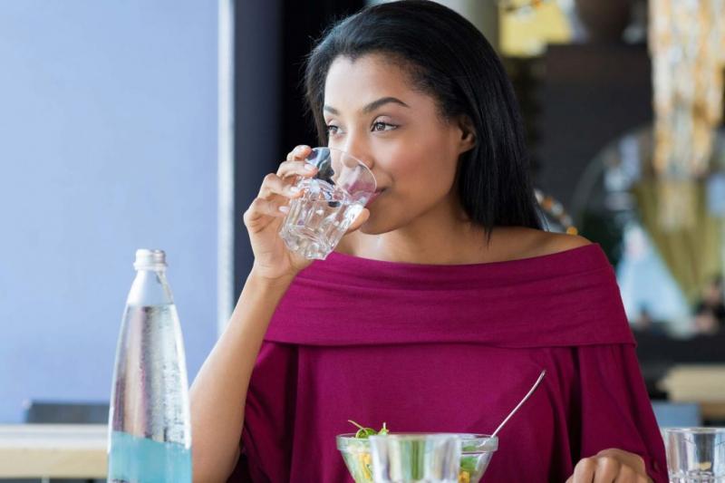 Uống nước trước khi ăn làm tăng tốc độ trao đổi chất