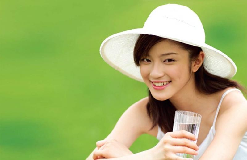 Mỗi ngày bạn nên uống ít nhất 2 lít nước để duy trì sức khỏe và sắc đẹp