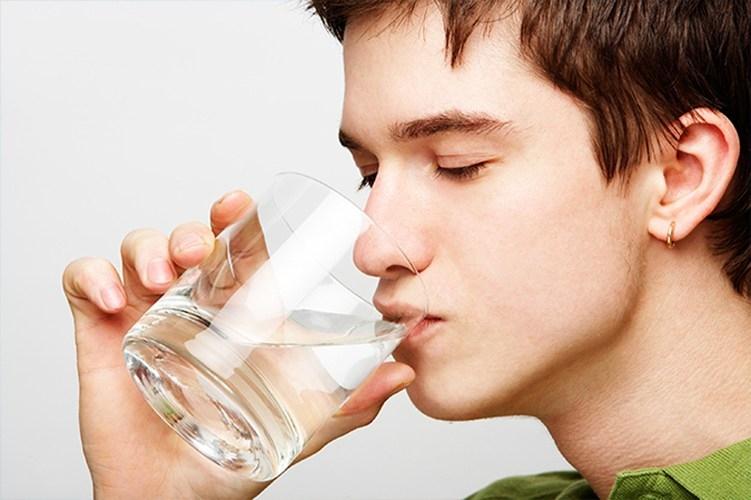 Uống nhiều nước giúp phòng bệnh trĩ