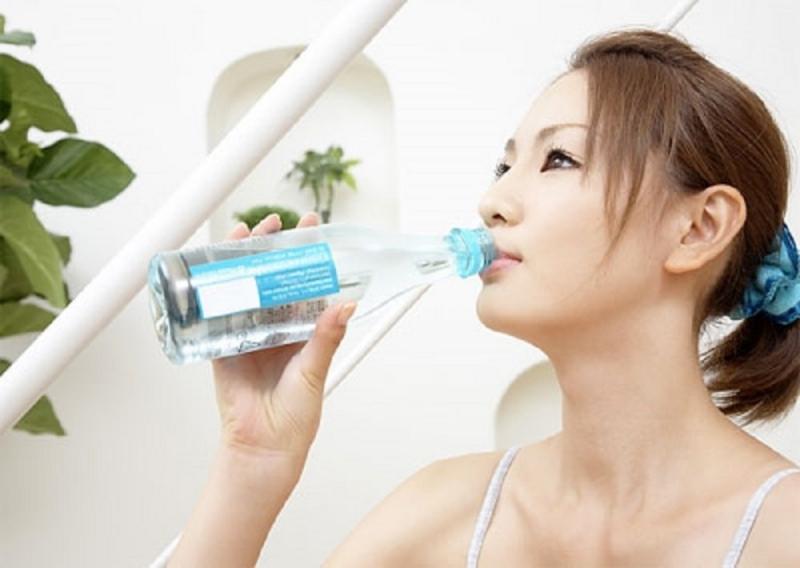 Hãy uống nhiều nước để bổ sung lượng nước đầy đủ cho cơ thể