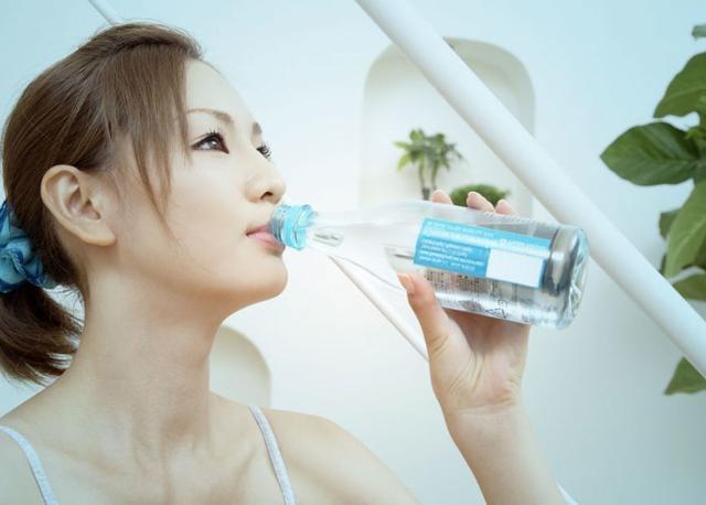 Để đảm bảo cho các tuyến mồ hôi thông thoáng, da luôn giữ được độ ẩm cần thiết thì bạn phải uống nhiều nước hơn