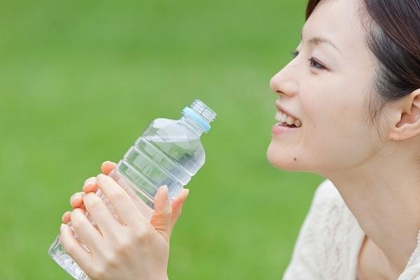 Nếu bạn đang muốn hạn chế lại lượng thức ăn hằng ngày của mình,  hãy uống một ly nước lọc trước bữa ăn trong vòng 15 phút.