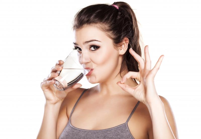 Nên uống nhiều nước để duy trì độ ẩm cho da