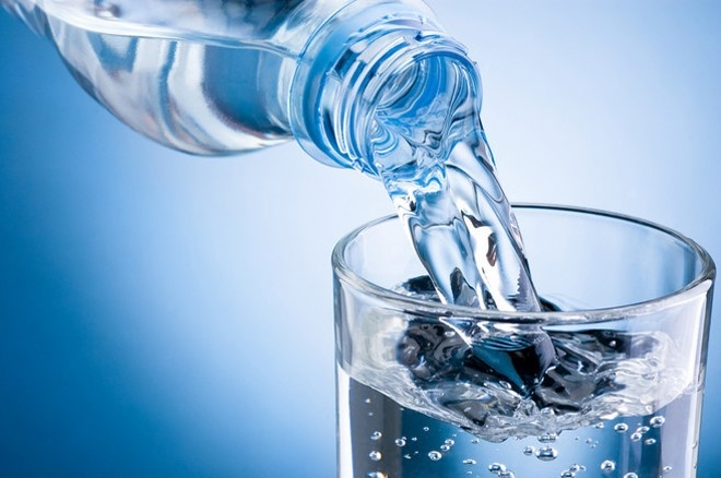 Uống nhiều nước vào mùa hè
