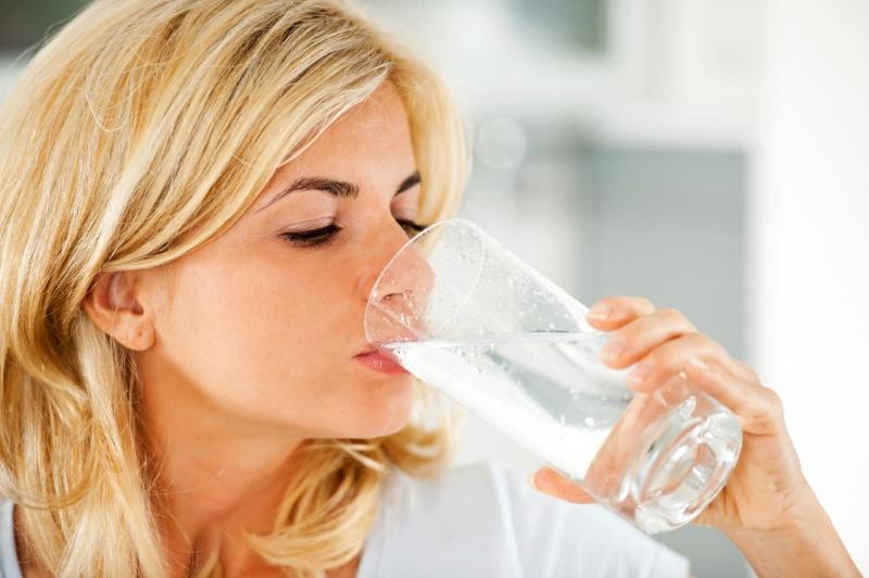 Uống một cốc nước to