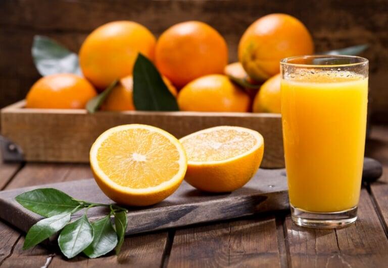 Uống nước cam, nước chanh giúp giảm ốm nghén ở mẹ bầu