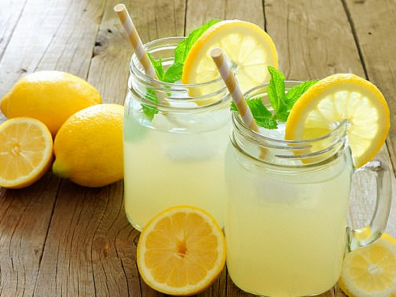 Nước chanh không đường pha loãng giúp đánh bay lượng mỡ thừa trên cơ thể.