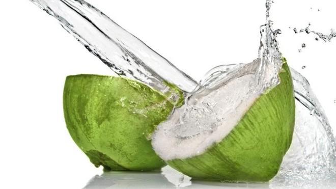 Uống nước dừa giải rượu