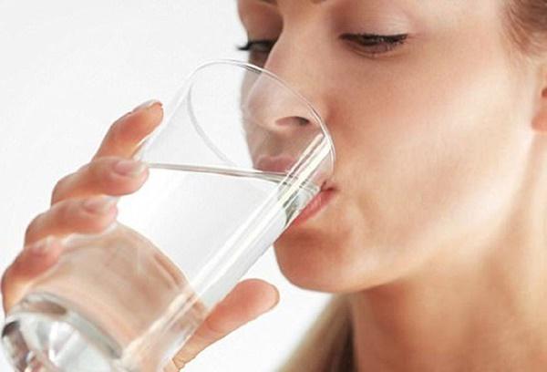 Uống nước lọc vào buổi sáng