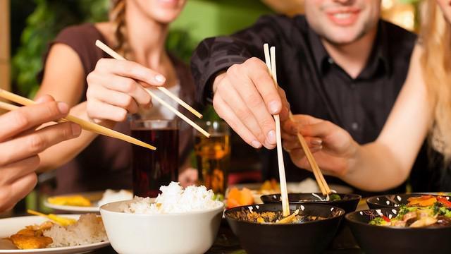 Khi ăn cơm, không nên uống nước ngọt hoặc nước cá ga