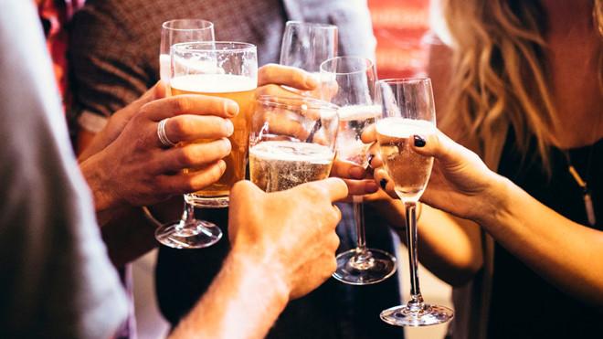 Uống rượu thường xuyên có liên quan với trầm cảm, lo âu và nhiều vấn đề tinh thần khác
