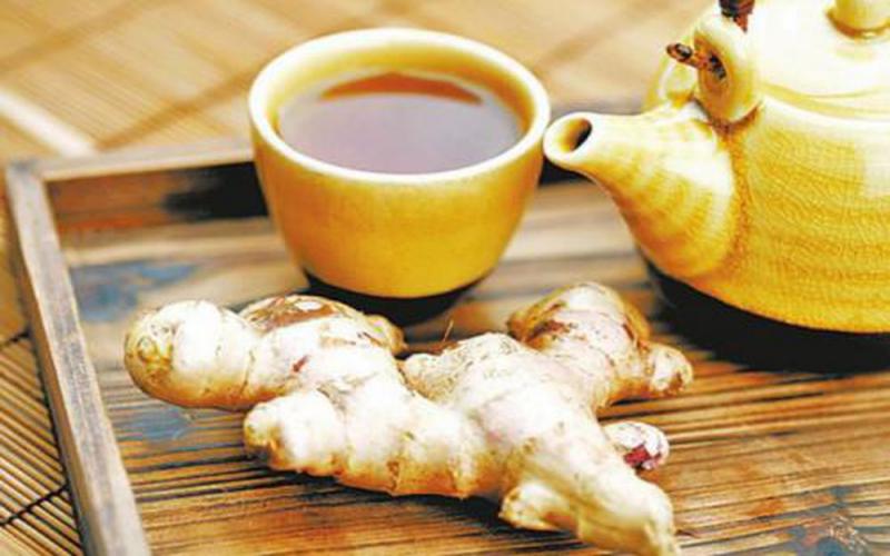 Uống trà gừng nóng
