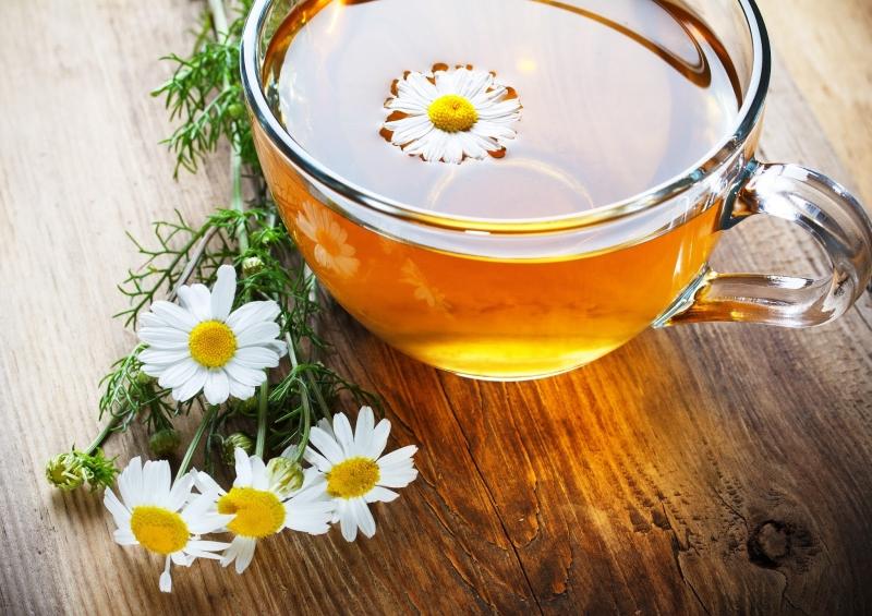 Trà thảo mộc hay trà hoa cúc là lựa chọn tuyệt vời cho một giấc ngủ ngon.