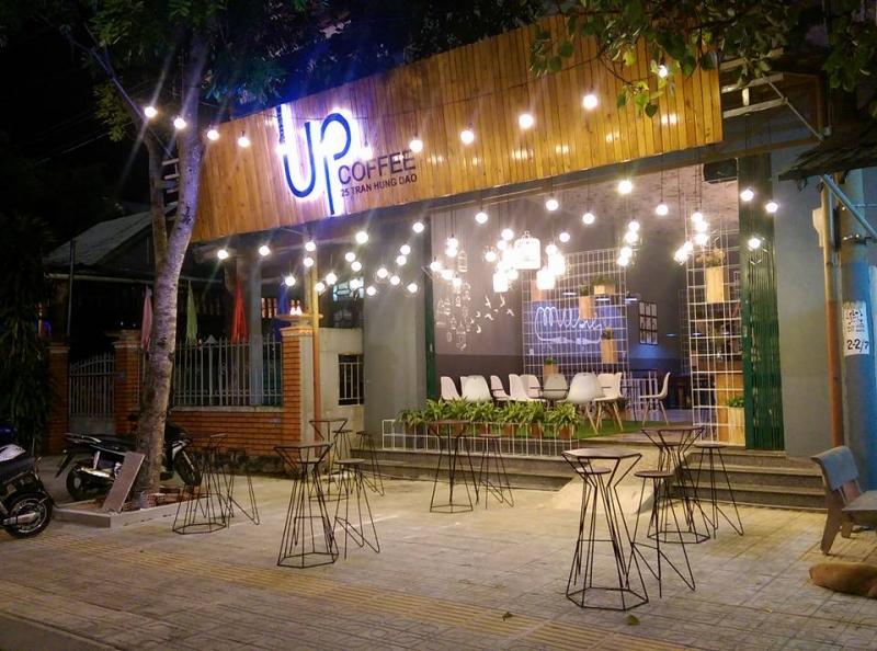 Không gian về đêm của Up Coffee