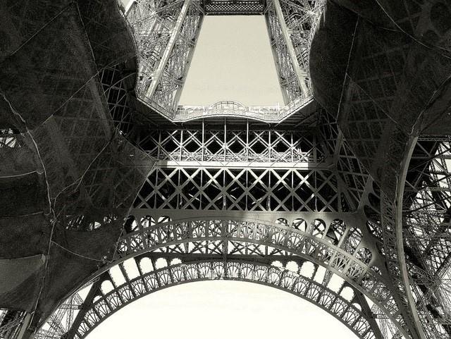 Tháp Eiffel từng trở thành biển quảng cáo
