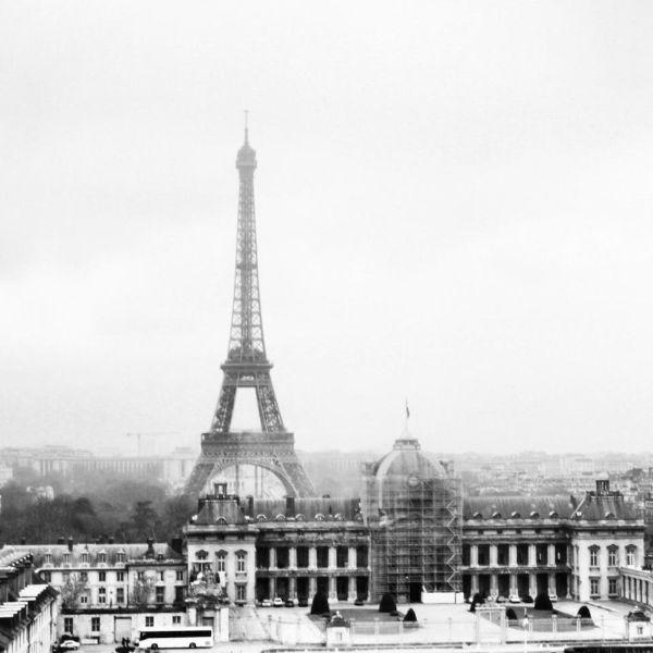 Tháp Eiffel nhìn từ xa