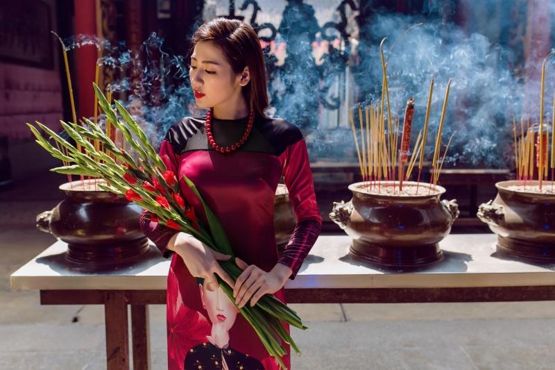 Áo Dài Adrian x Chinh là lựa chọn phù hợp cho những ngày lễ đầu Xuân  ( Model: Tú Anh, photo by Chanh Nguyễn)