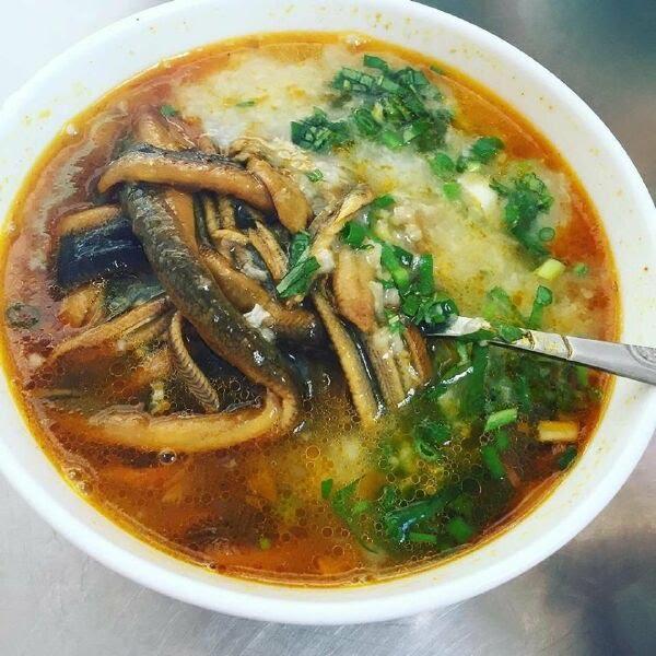 Cháo lươn được nấu từ gạo tẻ bung nguyên hạt,..