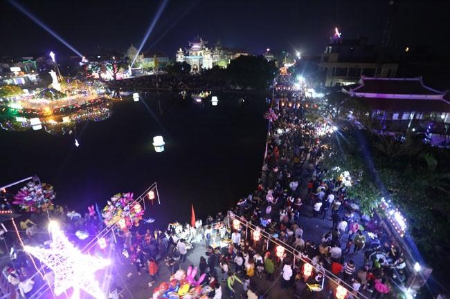 Đêm noel bên bờ hồ nhà thờ Phát Diệm